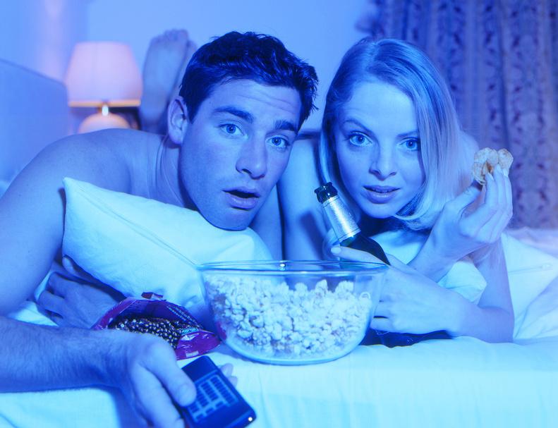 Ein Paar schaut einen Film im eigenen Heim